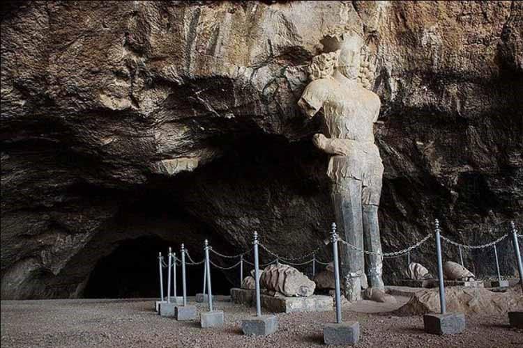 پیکره شاپور اول ساسانی در دهانه غار شاپور در نزدیکی کازرون