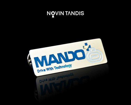 بج سینه MANDO - نمونه بج سینه - نمونه کار بج سینه - ساخت بج - سفارش بج - قیمت بج سینه - نوین تندیس
