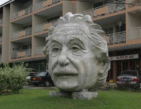 سردیس آلبرت انیشتین در پاناما سیتی